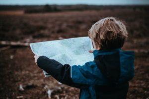 地図を広げて見る子供