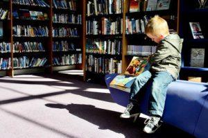 絵本を読む子供 本棚